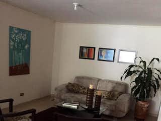 Una sala de estar llena de muebles y una planta en maceta en Apartamento en fatima - 124 mts, 1 parqueadero.