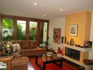 Una sala de estar llena de muebles y una chimenea en Casa En Venta En Bogota Usaquen