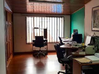 Una habitación llena de muebles y una ventana en Casa En Venta En Bogota Normandia Ii Sector