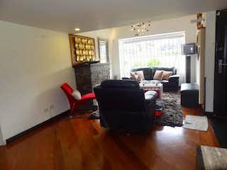 Una sala de estar llena de muebles y una televisión de pantalla plana en Casa En Venta En Bogota Colina Campestre