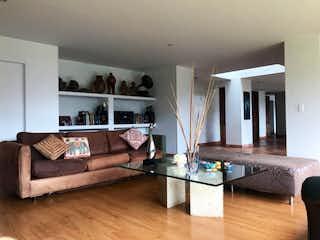Una sala de estar llena de muebles y una chimenea en Casa en vereda el salitre -510 mts, 4 habitaciones.