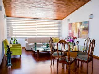 Una sala de estar llena de muebles y una ventana en Apartamento En San Patricio, 3 habitaciones, 98 mts.
