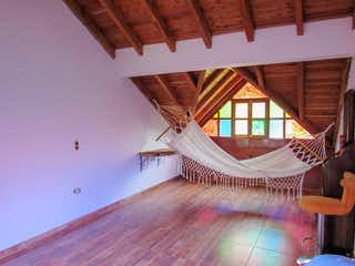 Una sala de estar con un ventilador de techo de madera en Finca en guarne - 150 mts, 2 parqueaderos.