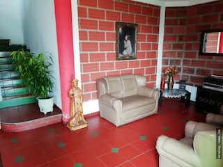 Una sala de estar llena de muebles y una chimenea en Casafinca en venta en Pan de azucar, Sabaneta.