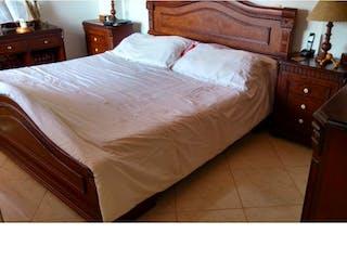 Un dormitorio con una cama y un escritorio en Apartamento en venta. Envigado. El Escobero.
