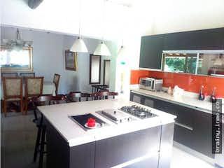 Una cocina con una estufa de fregadero y horno en Casa en venta. Envigado. Loma del Esmeraldal.