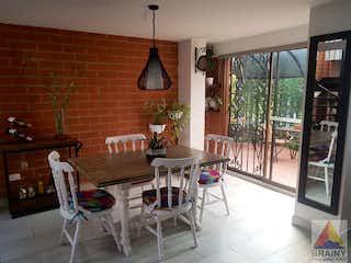 Un comedor con una mesa y sillas en Casa en venta en Camino Verde, Envigado.