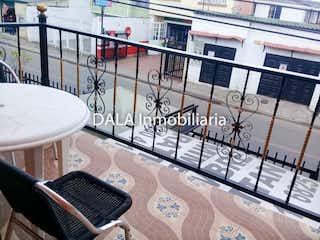 Una vista de un edificio con un reloj en él en Casa de 61m2 en Chía - con tres habitaciones