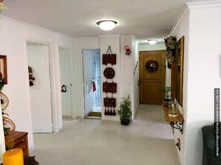 Un cuarto de baño con ducha y un espejo en Apartamento en Florida Nueva, Laureles - Tres alcobas