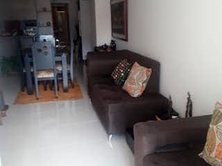 Una sala de estar llena de muebles y un sofá en Apartamento en rosales - 84 mts, 3 habitaciones.