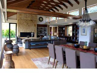 Una sala de estar llena de muebles y una ventana en Casa de 750m2 en Portal de Fusca, Chía - con cinco habitaciones