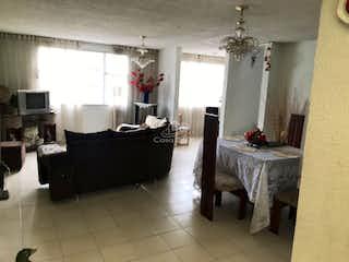 Un cuarto de baño con bañera y una mesa en Casa en Belen Fontibon - Fontibon cuenta con 2 niveles