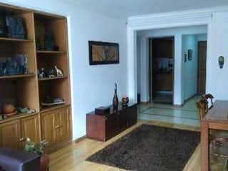 Una sala de estar llena de muebles y una chimenea en Apartamento en chico navarra - 72 mts, 2 parqueaderos.