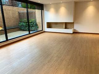 Una vista de una sala de estar con una puerta de cristal en Apartamento en Bogota Santa Barbara Alta - 152 mts, 4 parqueacderos.