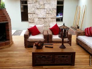 Una sala de estar llena de muebles y una chimenea en Propiedad en San Jose de Bavaria, Suba - Cuatro alcobas