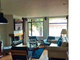 Una sala de estar llena de muebles y una televisión de pantalla plana en Apartamento en El Refugio, Chico - 114mt, tres alcobas, chimenea