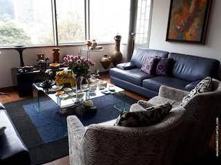 Una sala de estar llena de muebles y una gran ventana en APARTAMENTO EN LAS AGUAS LA CANDELARIA - 2 HABITACIONES