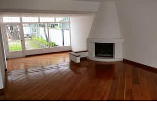 Una sala de estar con suelos de madera dura y una ventana en Casa en San Nicolas, Suba - 290mt, dos pisos, jardin