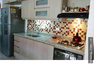 Una cocina con nevera y una estufa en Apartamento en venta. Envigado. Cumbres.