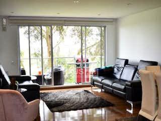 Una sala de estar llena de muebles y una ventana en Apartamento con Club de los Lagartos, Suba - Tres alcobas