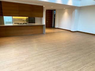 Una sala de estar con un suelo de madera y un suelo de madera en Apartamento en Santa Barbara Alta - 290 mts, 6 parqueaderos.