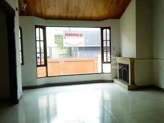 Una imagen de una cocina con una ventana en Casa en venta en Chicó Reservado, 160mt de dos niveles