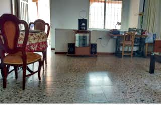 Una sala de estar llena de muebles y una mesa en Casa en venta en La Gloria, Itagui.
