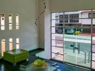 Una habitación con una mesa y una mesa en Apartamento de 110m2 en Laureles, Medellín - con tres alcobas