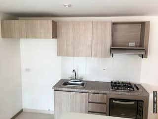 Una cocina con una estufa de fregadero y microondas en Apartamento en venta en La Sebastiana, Envigado.