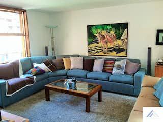 Una sala de estar llena de muebles y una televisión de pantalla plana en  Casa Santa Ana de Chía  - 3 alcobas