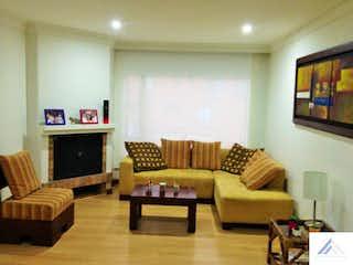 Una sala de estar llena de muebles y una televisión de pantalla plana en Apartamento Santa Barbara - Bogota, cuenta con 2 habitaciones y 2 garajes. de 93m2