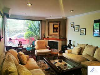 Una sala de estar llena de muebles y una televisión de pantalla plana en Casa en Colina Campestre, Suba - 212mt, cuatro alcobas, terraza