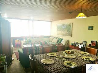 Una sala de estar llena de muebles y una mesa en Apartamento Chico Norte - 97 mts, 1 parqueadero.