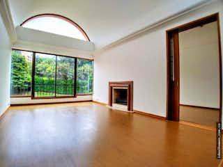 Una sala de estar llena de muebles y una ventana en APARTAMENTO VENTA GRATAMIRA, BOGOTA T.