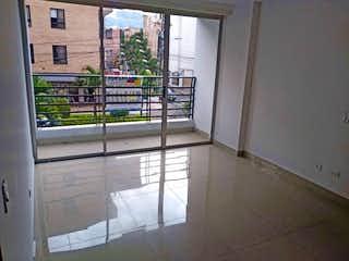 Un cuarto de baño con una puerta de cristal y una ventana en Apartamento en La Floresta, La America - 110mt, tres alcobas, balcón