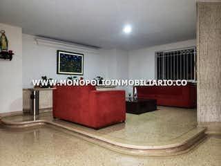Una sala de estar llena de muebles y una ventana en CASTEL FUERTE II 502