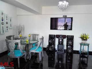 Una sala de estar con una mesa y sillas en Ciudad del Bosque