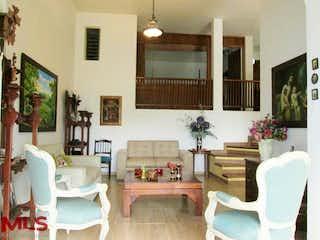 Una sala de estar llena de muebles y una mesa en Farallón