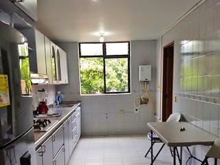 Una cocina con una mesa y sillas en Apartamento en Conquistadores, Laureles - 140mt, tres alcobas