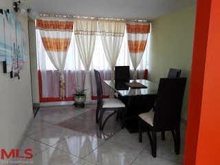 Una habitación con una mesa y una silla en La Esmeralda