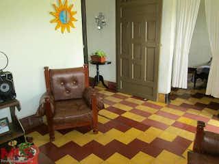 Una sala de estar llena de muebles y una ventana en Casa en venta en San Antonio de Prado, 134mt