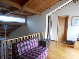 Un dormitorio con suelos de madera y paredes de madera en Casa