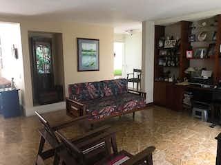 Una sala de estar llena de muebles y una chimenea en Casa En Venta En Medellin Astorga - El Poblado