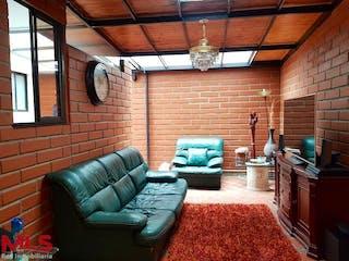Una sala de estar llena de muebles y una ventana en Melier