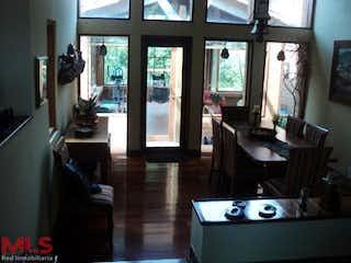 Una sala de estar llena de muebles y una televisión de pantalla plana en Asturias