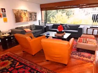 Una sala de estar llena de muebles y una televisión de pantalla plana en Apartamento Penthouse - duplex en Santa Barbara Central, con 4 habitaciones y chimenea - 310 mt2.