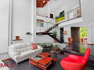 Una sala de estar llena de muebles y una chimenea en Roble Alto
