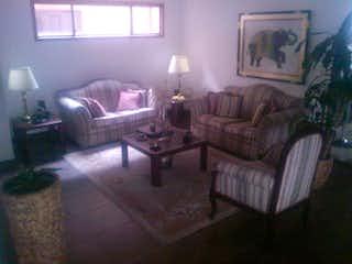 Una sala de estar llena de muebles y una chimenea en Edificio San Marino 2