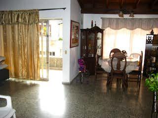 Una sala de estar llena de muebles y una ventana en Casa en venta en Las Mercedes, Itagui.