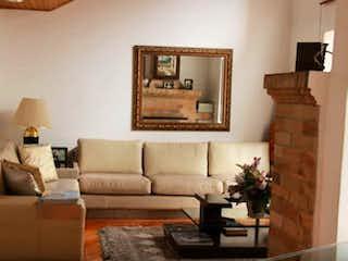 Una sala de estar llena de muebles y una pintura en Casa en Bogota Cedro Golf-Usaquén - 3 habitaciones
